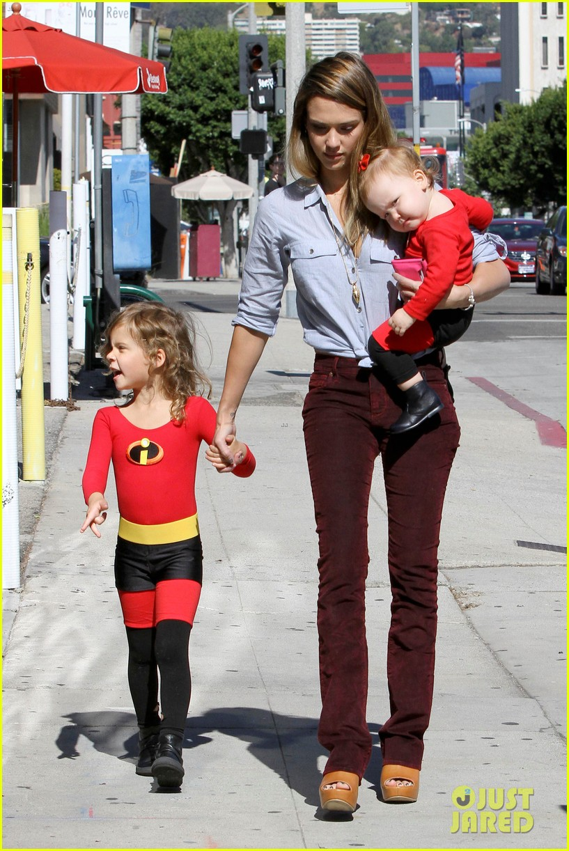 jessica-alba-family-the-incredibles-for-halloween-03
